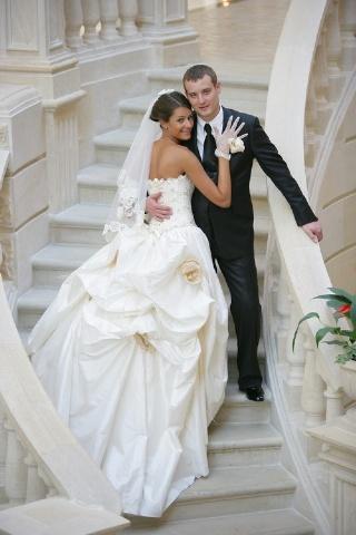 Все девушки мечтают, чтобы у них свадьба была лучше, чем у подруг
