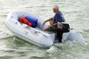 Как управлять лодочным мотором?