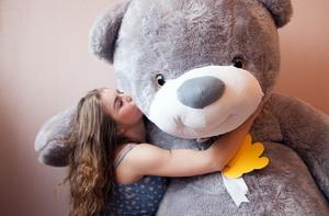 Самый романтичный подарок - большой плюшевый медведь