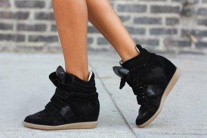 Как красиво сочетать спортивную обувь с платьем